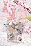 Decorazione della tavola di Pasqua con le uova nel canestro d'annata del metallo di stile Fotografie Stock Libere da Diritti