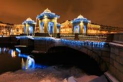 Decorazione della via del nuovo anno e di Natale sul ponte con i padiglioni con i piccoli cappucci, luci e fiume a cupola, St Pet Immagini Stock Libere da Diritti