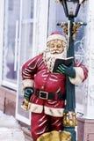 Decorazione della via di Natale con la lettura della Santa Claus Fotografia Stock