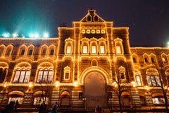 Decorazione delle luci del nuovo anno e di Natale ed illuminazioni festive in vie della città, quadrato rosso, grande magazzino d Fotografia Stock Libera da Diritti
