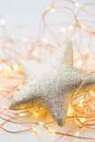 Decorazione delle stelle d'oro di Natale su fondo astratto Fotografia Stock