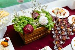 Decorazione delle verdure e della frutta naturali su una tavola immagine stock