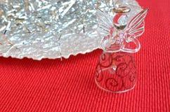 Decorazione di angelo di Natale del vetro trasparente su oro e rosso con lo spazio della copia Immagine Stock Libera da Diritti
