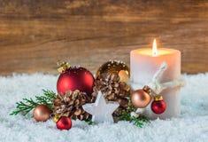 Decorazione di arrivo o di Natale con la candela e la neve immagini stock libere da diritti