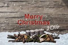 Decorazione di Buon Natale che brucia l'inglese grigio 2016 del messaggio di testo della neve della candela Fotografia Stock Libera da Diritti
