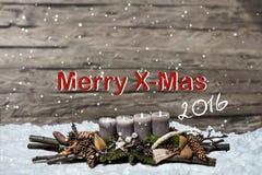 Decorazione di Buon Natale che brucia l'inglese grigio 2016 del messaggio di testo della neve della candela Immagini Stock