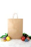 Decorazione di carta di natale dei sacchetti della spesa con le palle e le stelle sopra Fotografia Stock