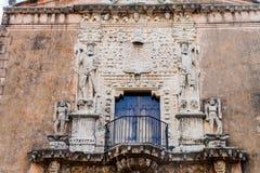 Decorazione di Casa de Montejo a Merida, Messico Conquistador trionfanti che restano sulle teste di barbar immagini stock libere da diritti