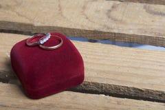 Decorazione di cerimonia nuziale Fedi nuziali sulla scatola, bugia su una scatola di legno Fotografia Stock