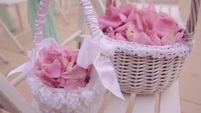 Decorazione di cerimonia nuziale Petali variopinti delle merci nel carrello delle rose Fine in su video d archivio
