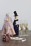 Decorazione di cerimonia nuziale: una bottiglia e un mazzo nuziale Fotografia Stock Libera da Diritti