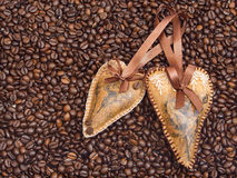 Decorazione di cuore sui precedenti del caffè Fotografie Stock Libere da Diritti