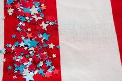 Decorazione di forma della stella sistemata sulla bandiera americana Fotografie Stock