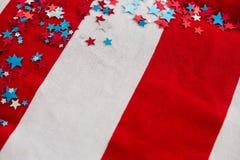 Decorazione di forma della stella sistemata sulla bandiera americana Immagine Stock