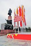 Decorazione di giorno della città di Mosca, bandiere di colore Monumento a Vladimir Lenin Fotografie Stock Libere da Diritti