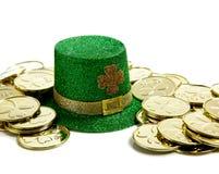 Decorazione di giorno della st Patricks con le monete di oro e un cappello Fotografia Stock