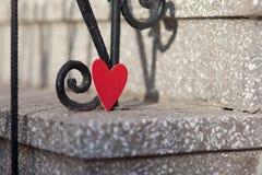 Decorazione di giorno di biglietti di S. Valentino e dei cuori in parco. Composizioni all'aperto. Fotografia Stock