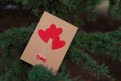 Decorazione di giorno di biglietti di S. Valentino e dei cuori in parco. Composizioni all'aperto. Fotografia Stock Libera da Diritti