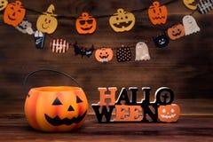 Decorazione di Halloween con le zucche, gli ornamenti ed il fondo di legno immagine stock libera da diritti