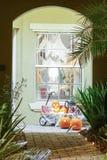 Decorazione di Halloween in una casa immagini stock