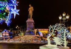 Decorazione di illuminazione di Natale e del nuovo anno della città La Russia, Immagini Stock