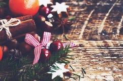 Decorazione di inverno con le palle festive con il nastro e l'arco e l'albero di natale Fotografia Stock Libera da Diritti