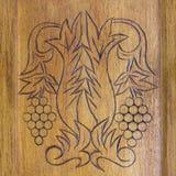 Decorazione di legno dell'ornamento sulla vecchia porta di gabinetto Fotografia Stock