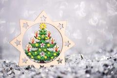 Decorazione di legno di Natale Sul fondo di scintillio Fotografie Stock