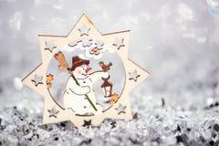 Decorazione di legno di Natale Sul fondo di scintillio Immagine Stock Libera da Diritti