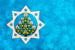 Decorazione di legno di Natale Sul fondo di scintillio Fotografia Stock Libera da Diritti