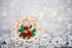 Decorazione di legno di Natale Sul fondo di scintillio Immagine Stock