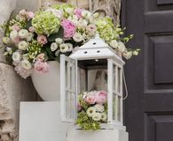 Decorazione di matrimonio e di nozze Scatole bianche con i fiori fuori Mazzo elegante Disposizione e fondo romanzesco fotografie stock
