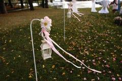Decorazione di messa a punto di nozze durante la ricezione - offra il colore rosa e bianco - all'aperto immagini stock libere da diritti
