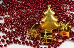 Decorazione di Natale - albero di vetro dell'oro e 3 giftboxes con la catena immagini stock