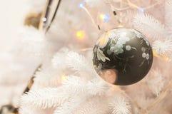 Decorazione di natale bianco con le palle sui rami dell'abete Immagine Stock Libera da Diritti