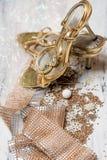 Decorazione di natale bianco e dorata e scarpe dorate su fondo di legno bianco, fotografia stock libera da diritti