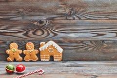 Decorazione di Natale, casa di pan di zenzero e coppie casalinghe - uomo e donna Immagine Stock
