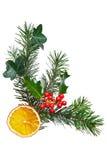 Decorazione di natale con agrifoglio e l'arancio secco. immagini stock