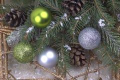 Decorazione di Natale con argento e il natur blu dei fiocchi di neve delle palle Immagine Stock Libera da Diritti