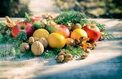 Decorazione di Natale con frutta organica sulla tavola Fotografia Stock