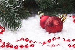 Decorazione di Natale con gli snowlakes e le palle di Natale Immagine Stock