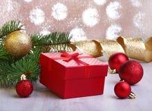 Decorazione di Natale con i contenitori di regalo, le palle variopinte di natale e l'albero di Natale su un confuso, scintillando Fotografie Stock Libere da Diritti