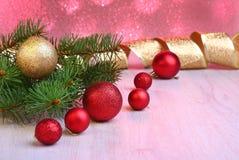 Decorazione di Natale con i contenitori di regalo, le palle variopinte di natale e l'albero di Natale su un confuso, scintillando Immagine Stock Libera da Diritti
