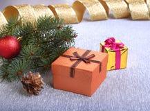 Decorazione di Natale con i contenitori di regalo, le palle variopinte di natale, l'albero di Natale ed i coni su un confuso, sci Immagine Stock Libera da Diritti