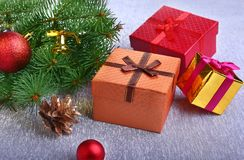 Decorazione di Natale con i contenitori di regalo, le palle variopinte di natale, l'albero di Natale ed i coni su un confuso, sci Immagini Stock