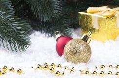 Decorazione di Natale con il contenitore di regalo degli snowlakes e le palle dorati di Natale Fotografie Stock Libere da Diritti