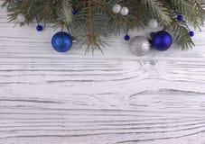 Decorazione di Natale con l'argento di Natale e le stelle blu delle palle Immagini Stock Libere da Diritti