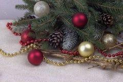 Decorazione di Natale con l'argento rosso della perla e le stelle dorate delle palle Fotografia Stock Libera da Diritti