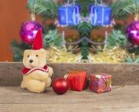 Decorazione di Natale con l'orso dei giocattoli Immagine Stock