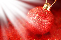 Decorazione di Natale con la bagattella brillante rossa Fotografia Stock